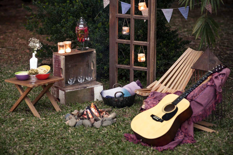 Imagem: É tão gostoso ouvir uma boa música ao redor de uma fogueira e se deliciar com petiscos. Para manter a hidratação, basta intercalar cada taça de vinho com um copo d'água. Se quiser, você pode aromatizar a água com frutas vermelhas e hortelã. Foto: Raphael Günther/Bespoke Content.