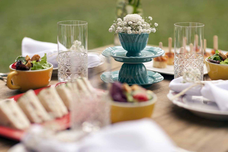 Imagem: Xícaras podem se tornar vasinhos fofos. Aposte no contraste de cores para deixar a mesa ainda mais charmosa. Foto: Raphael Günther/Bespoke Content.