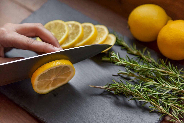 Imagem: Passo 1: Separe os ingredientes e corte o limão siciliano em finas rodelas. Foto: Raphael Günther/Bespoke Content.