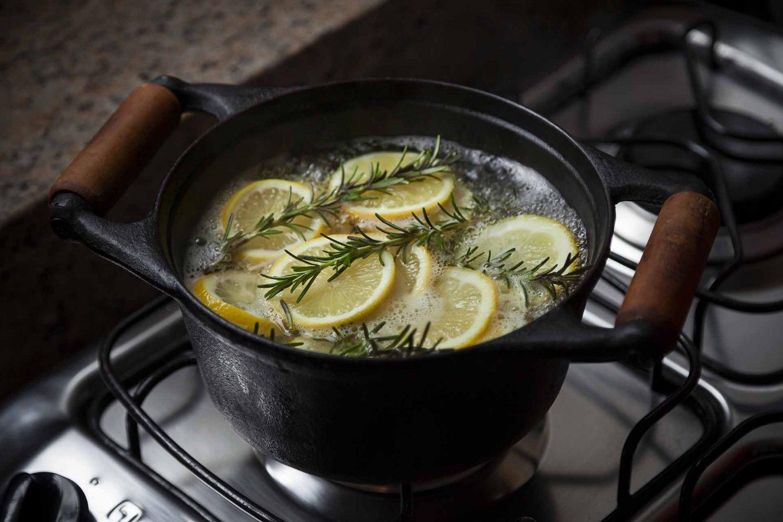 Imagem: Passo 2: Coloque as rodelas de limão, o alecrim, o óleo essencial de baunilha e a água em uma panela e aqueça ao ponto de ebulição. Em seguida, diminua o fogo e deixe cozinhar lentamente. Quanto mais tempo, mais aroma será exalado. Foto: Raphael Günther/Bespoke Content.