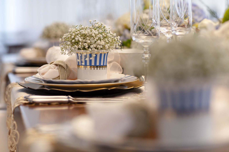Imagem: Uma maneira de aproveitar por completo o aparelho de jantar é utilizar os demais itens de forma inusitada. Aqui, o açucareiro virou um vaso, dando ainda mais charme à composição. Foto: Raphael Günther/Bespoke Content.