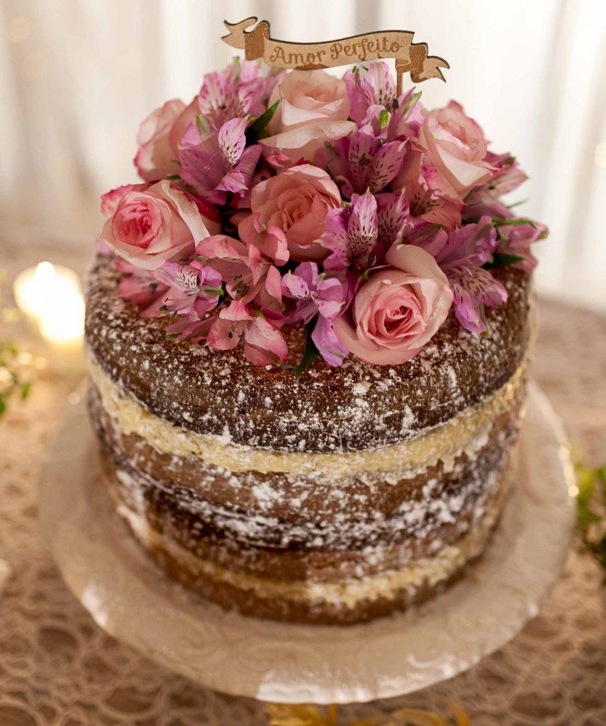 Imagem: No topo dos bolos, os tradicionais noivinhos são substituídos por flores e inscrições do amor perfeito, ou ramos de Gipsofila (mosquitinho). Foto: Raphael Günther/Bespoke Content.