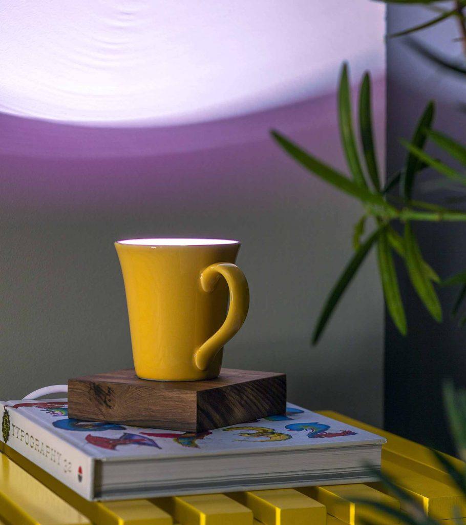 Imagem: Uma caneca de cerâmica que na verdade é uma luminária de mesa? Na onda da personalização e do faça você mesmo, objetos ganham novos usos e se transformam no centro das atenções pelo inusitado. Foto: Raphael Günther/Bespoke Content.