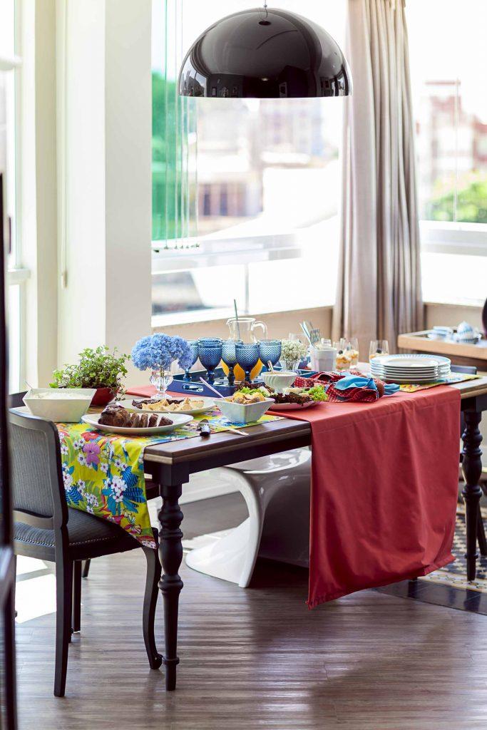 Imagem: O churrasco geralmente é uma ocasião informal, por isso é bom deixar os convidados à vontade, servindo ao estilo americano. Foto: Raphael Günther/Bespoke Content.