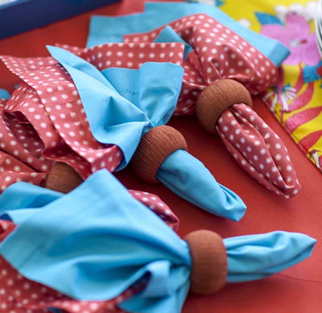 Imagem: Em um churrasco o ideal é usar guardanapos de tecido. Um para ser usado e o outro para ser colocado no colo, já que o convidado pode fazer sua refeição no sofá ou em uma cadeira. Foto: Raphael Günther/Bespoke Content.