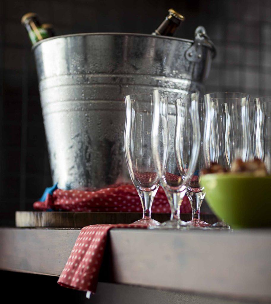 Imagem: Brasileiro que é brasileiro gosta de churrasco com cerveja. Para gelar a bebida, foi utilizado um balde comum, amarrado com guardanapos de tecido para a água não escorrer. Foto: Raphael Günther/Bespoke Content.