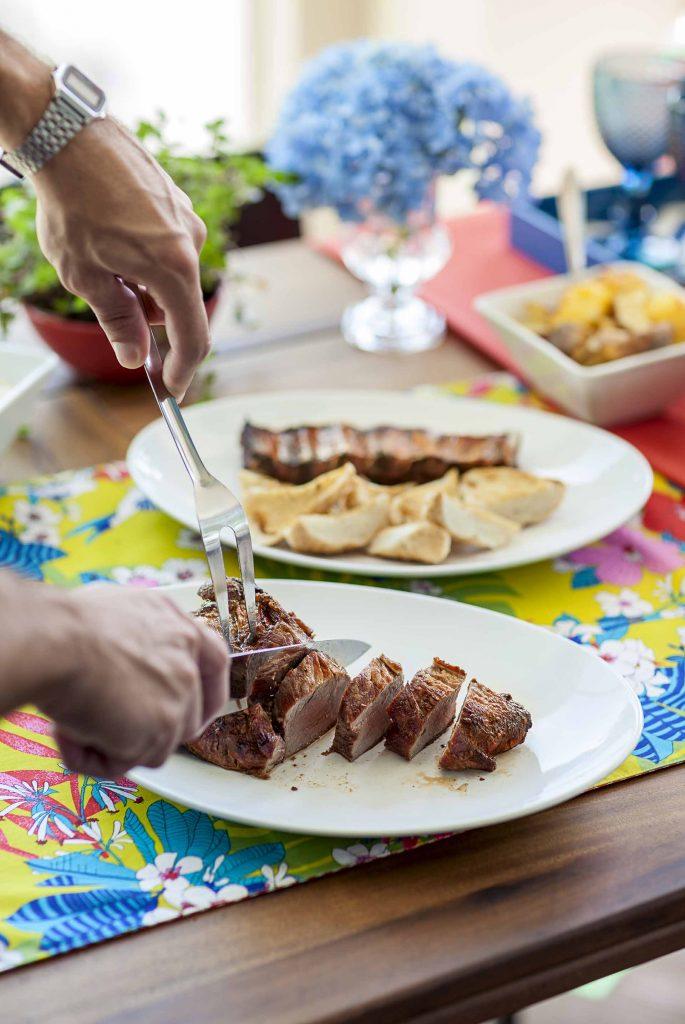 Imagem: Um bom kit de churrasco, com facas afiadas e garfos adequados, é essencial para auxiliar no preparo e na hora de servir a carne. Foto: Raphael Günther/Bespoke Content.