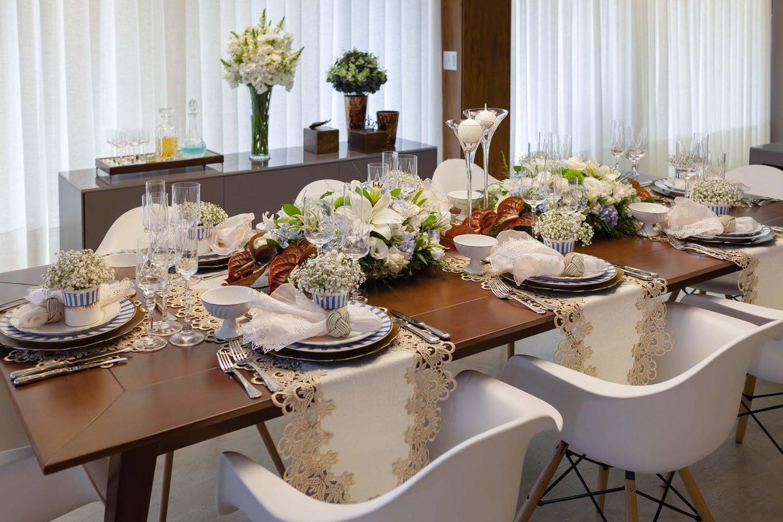 Imagem: As texturas e cores foram escolhidas para realçar com a madeira de lei da mesa. É uma forma de aproveitar o que se tem em casa para compor a decor. Foto: Raphael Günther/Bespoke Content.