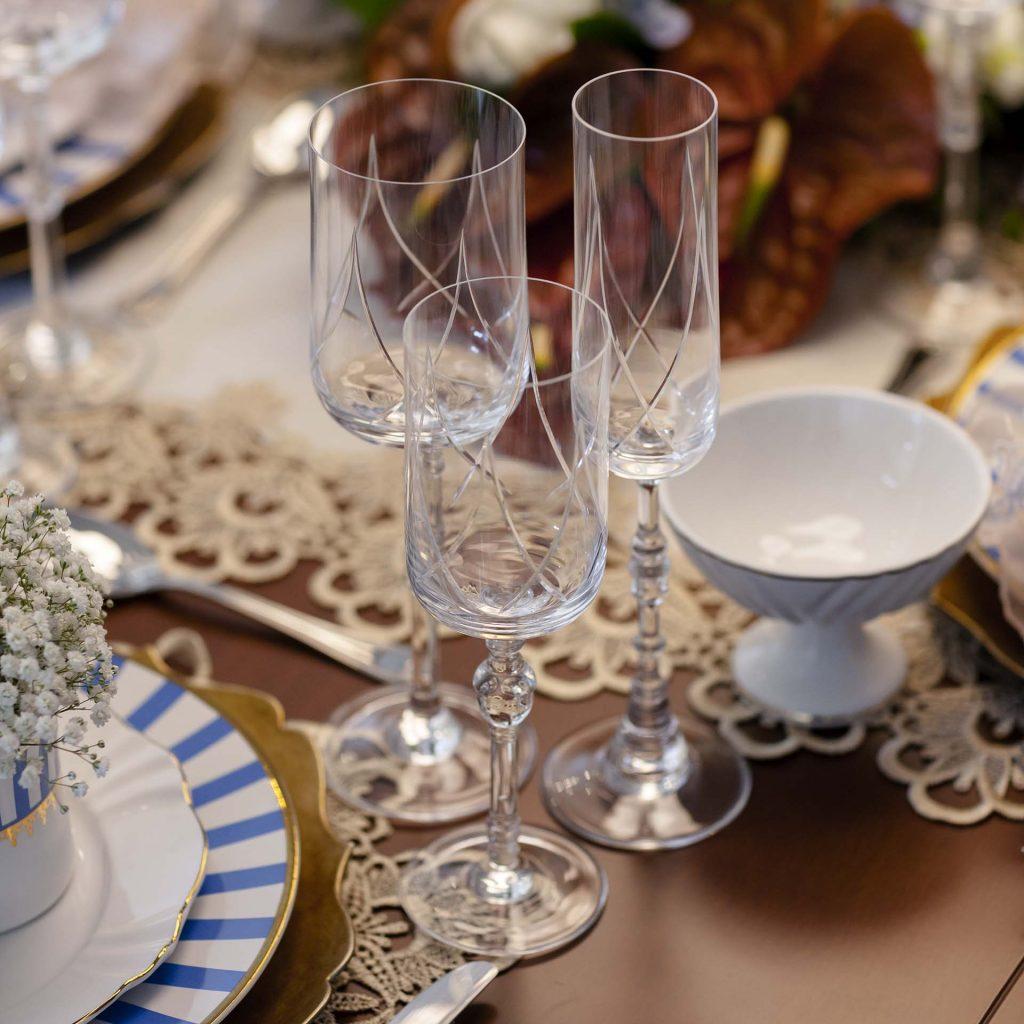 Imagem: As taças de cristal com haste e lapidação diferenciada trazem ainda mais requinte e sofisticação à mesa. Foto: Raphael Günther/Bespoke Content.