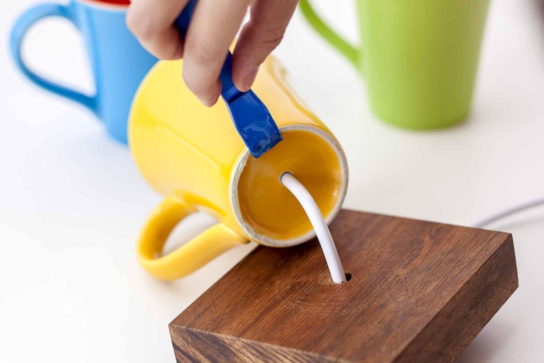 Imagem: Passo 6: Fixe a caneca na base de madeira com cola epóxi. Foto: Raphael Günther/Bespoke Content.