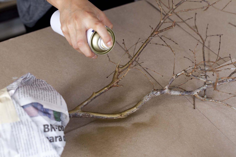 Imagem: Passo 4: Use tinta spray para pintar o galho. O tempo de secagem ao toque é de 10 minutos, mas a secagem total ocorre em 24 horas. Foto: Raphael Günther/Bespoke Content.