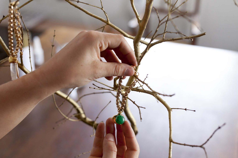 Imagem: Passo 5: Passadas as 24 horas, agora é só usar a imaginação para decorar seu porta-joias. Vale pendurar colares, anéis e pulseiras. Foto: Raphael Günther/Bespoke Content.