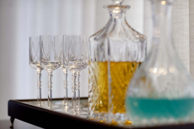 Imagem: Tudo combina com a decoração da casa. Aqui o aparador foi aproveitado para bebidas que podem ser servidas como aperitivo ou digestivas. Foto: Raphael Günther/Bespoke Content.