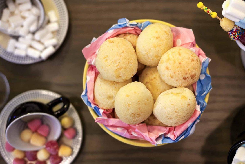 Imagem: Outro sucesso entre os pequenos é o pão de queijo, um lanche prático, que agrada facilmente o paladar infantil. Ele pode ser assado pouco antes do momento da festa e assim, além do delicioso sabor, o cheirinho perfuma o ambiente. Foto: Raphael Günther/Bespoke Content.