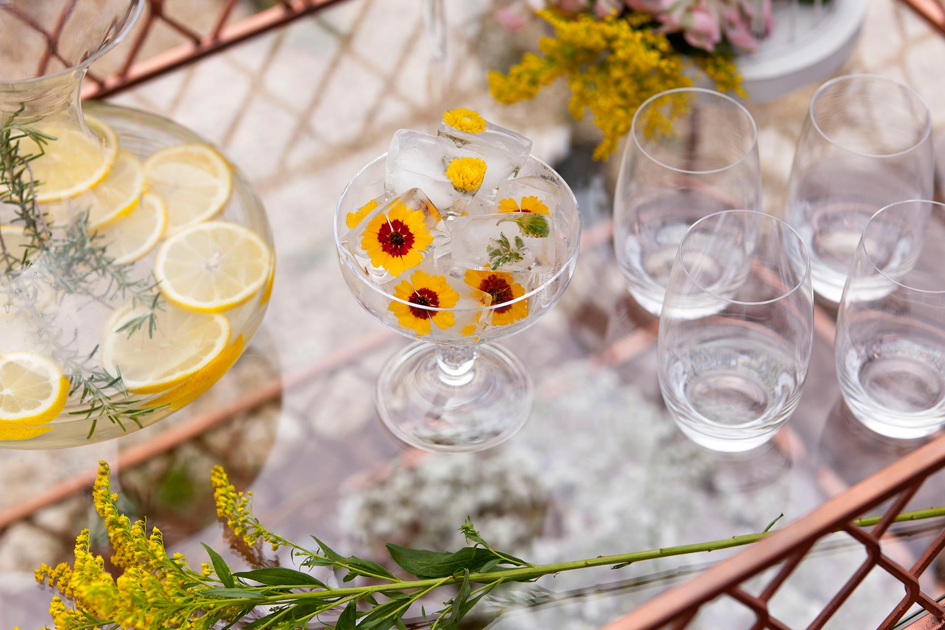 Imagem: Taças de sobremesa fizeram vez de baldinho de gelo, abrigando esses gelinhos de flores cheios de fofura. Foto: Raphael Günther/Bespoke Content.