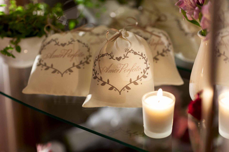Imagem: Como lembrança, sachês aromatizados levam a marca do amor perfeito, mas poderiam trazer grafados os nomes dos noivos ou até a data do casamento. Foto: Raphael Günther/Bespoke Content.