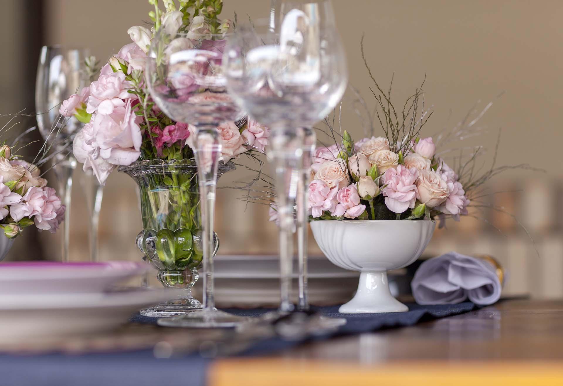 Imagem: Criatividade para decorar com flores: aposte em arranjos montados em taças de porcelana. Deixa a composição incrível. Foto: Raphael Günther/Bespoke Content.