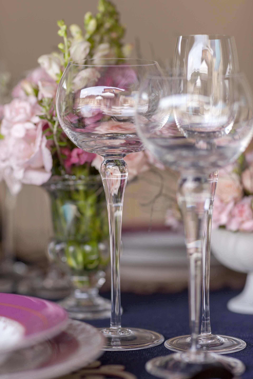 Imagem: A cor rosa pode estar nas louças, flores ou acessórios da mesa. Foto: Raphael Günther/Bespoke Content.