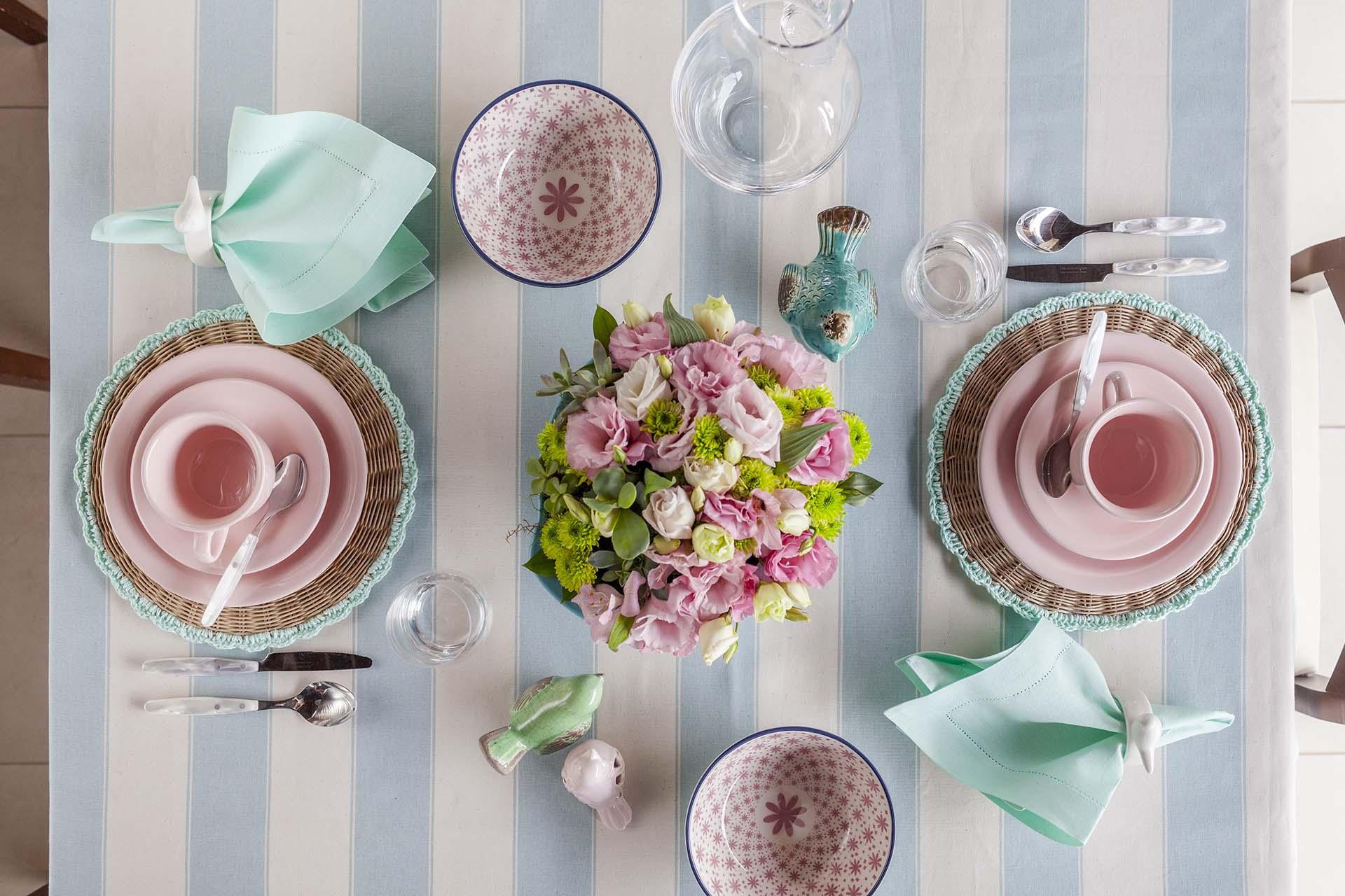 Imagem: Uma mesa informal para café da manhã, recheada de cores e texturas. Listras, palha, linho e cerâmica se encaixam perfeitamente aqui. Foto: Raphael Günther/Bespoke Content.