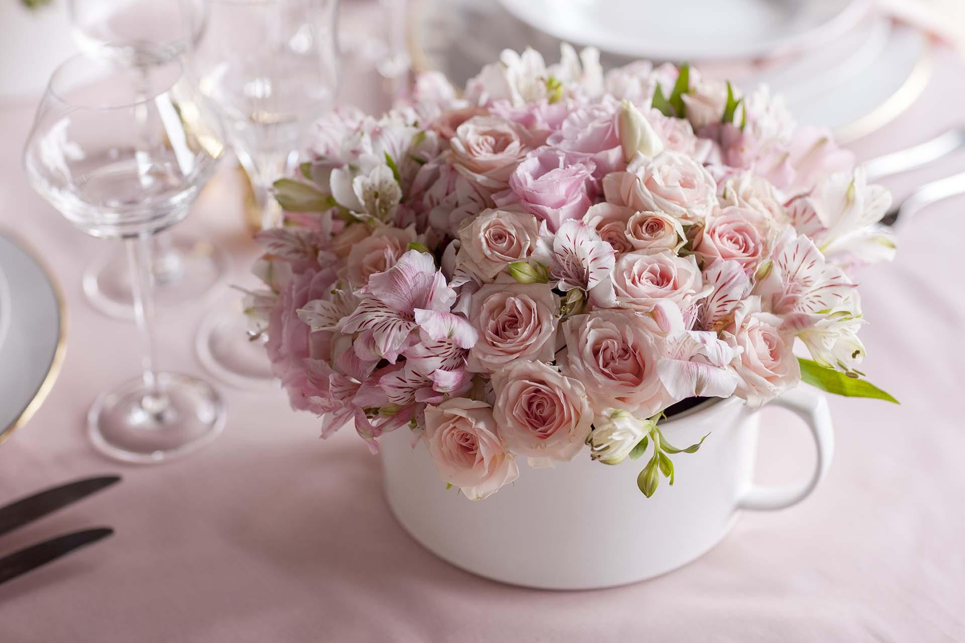 Imagem: Os arranjos de flores em sopeiras são mais uma forma criativa e inusitada para compor a decoração. Aposte! Foto: Raphael Günther/Bespoke Content.