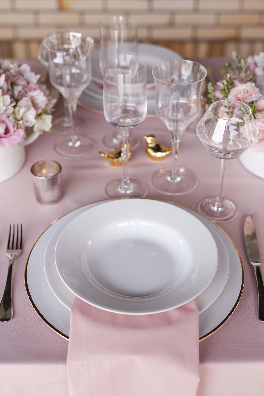 Imagem: Os guardanapos sobrepostos à porcelana, além de tendência, garantem o ar charmoso que toda mesa precisa ter. Foto: Raphael Günther/Bespoke Content.