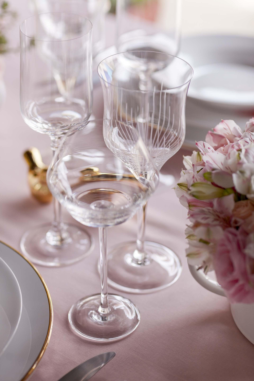 Imagem: Para os cristais, a ideia foi mesclar diferentes linhas de taças, trazendo ao mesmo tempo charme e criatividade à mesa. Foto: Raphael Günther/Bespoke Content.