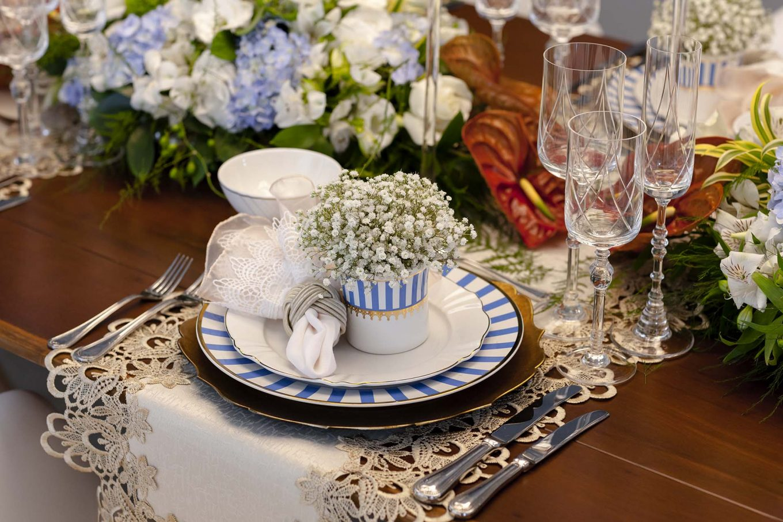 Imagem: Trilho ao invés de toalha: a cor clara fica trabalhada na madeira escura da mesa. Esse detalhe engrandece toda a composição. Foto: Raphael Günther/Bespoke Content.