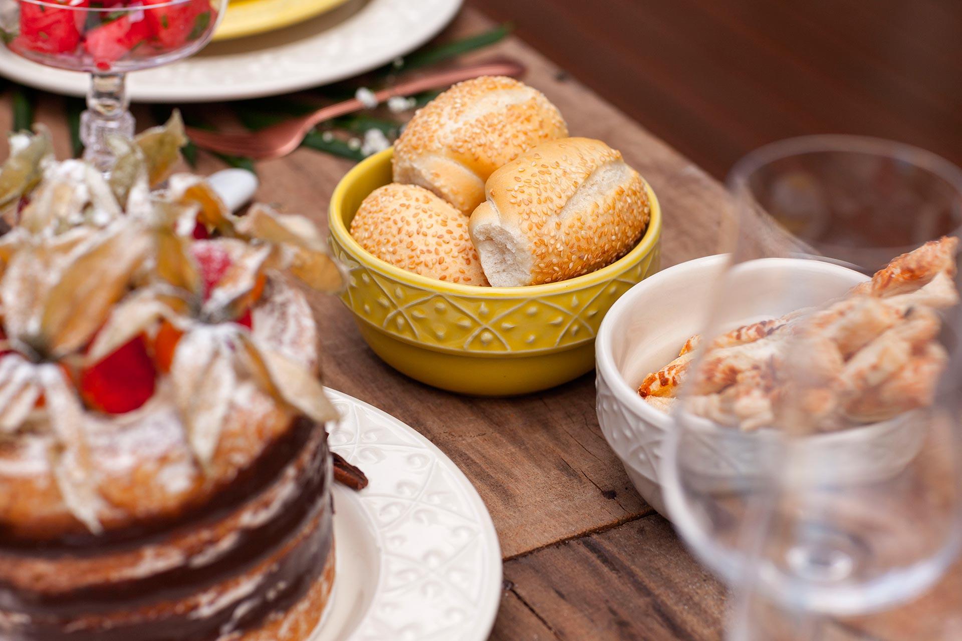 Imagem: Como a variedade de comida é grande, é bacana pensar em pequenas porções, como minipães, sequilhos e minissalgados. Foto: Raphael Günther/Bespoke Content.