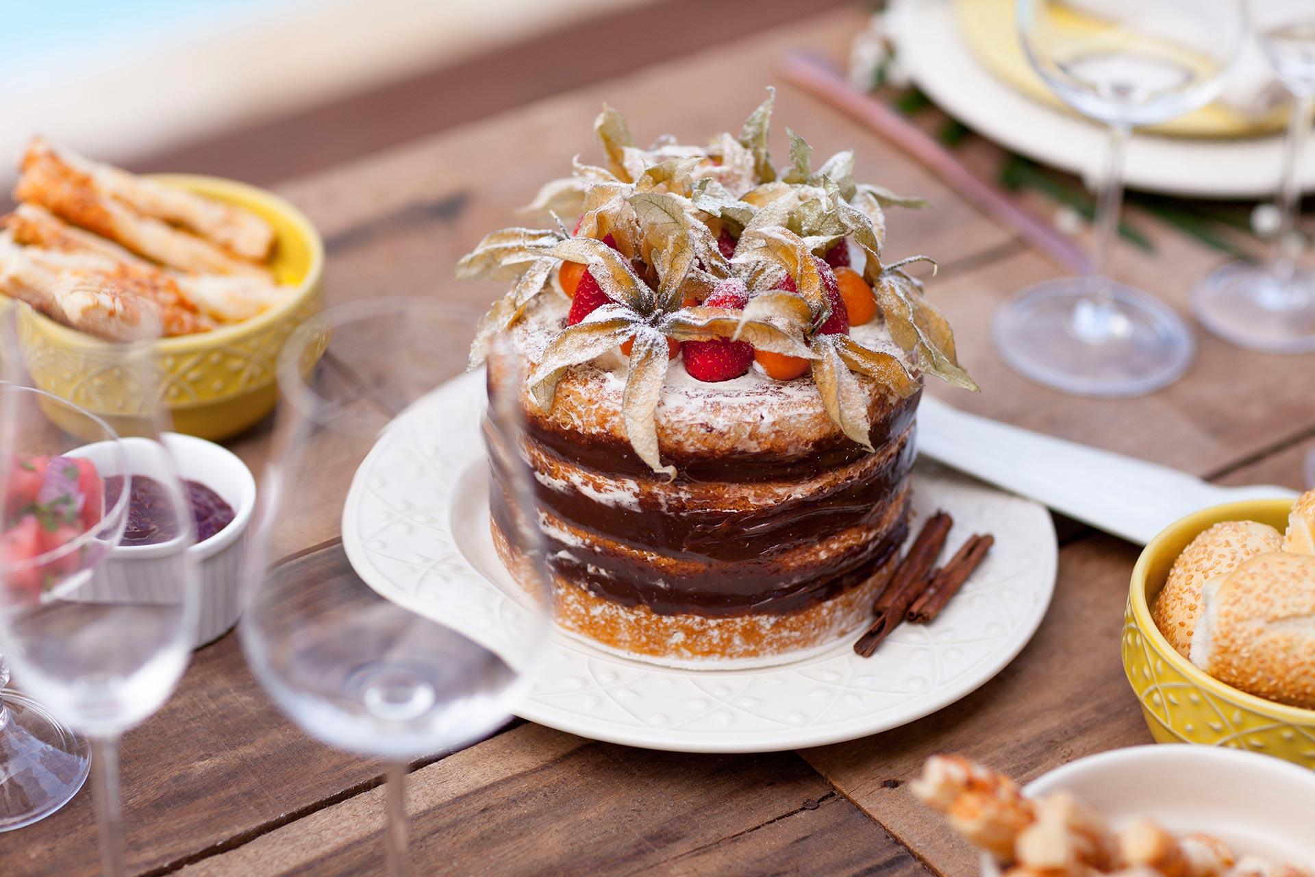 Imagem: Lindo e saboroso, o naked cake é a pedida certa em um brunch. A versão mini é ideal para que a mesa comporte a grande variedade de comidinhas. Foto: Raphael Günther/Bespoke Content.