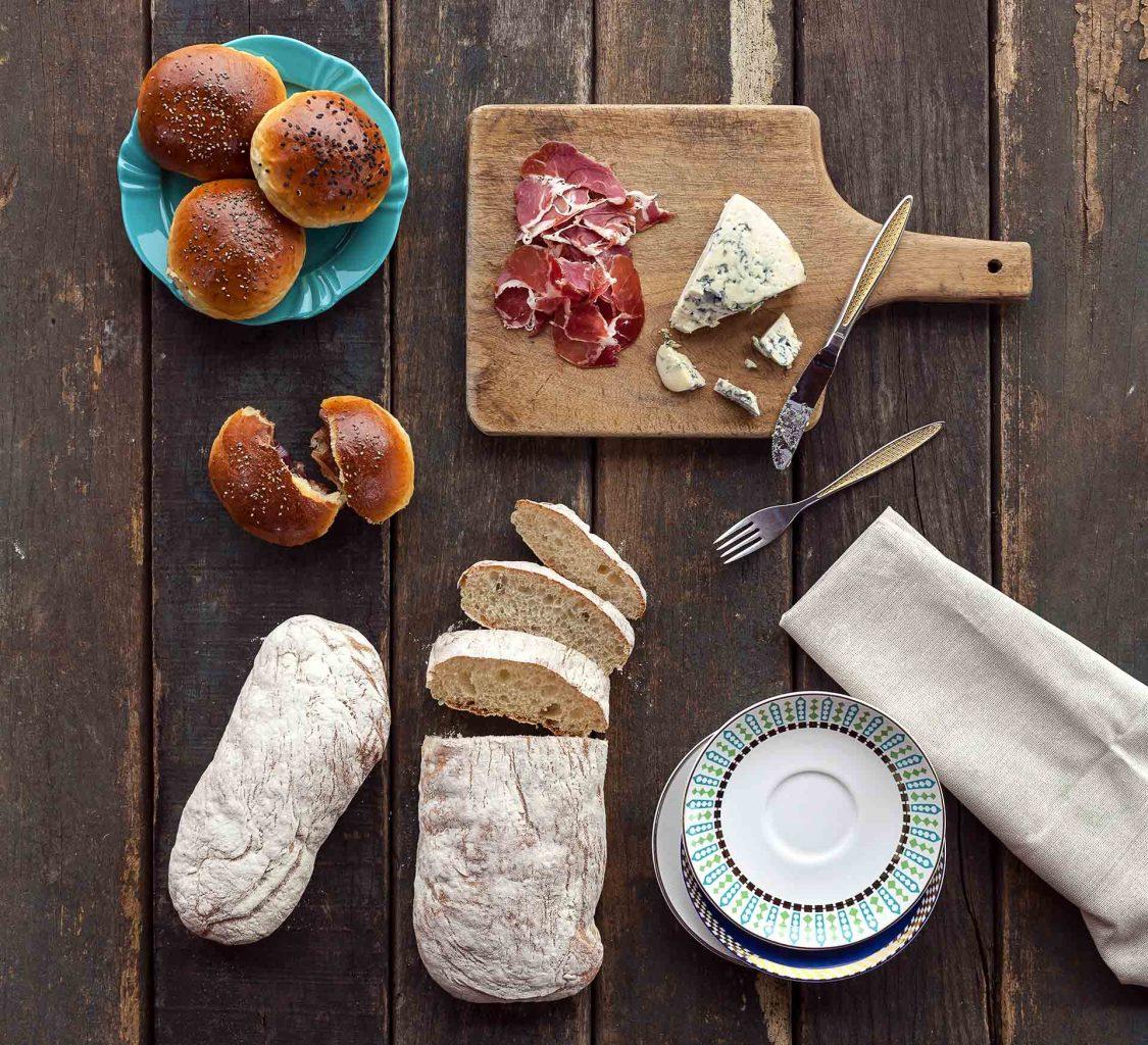 Imagem: Os primeiros pães eram feitos de farinha misturada ao fruto de uma árvore chamada carvalho. Bem diferentes dos atuais, eram achatados, duros e secos. Atribui-se aos egípcios, em 3.000 a.C., a descoberta do fermento, responsável por deixar a massa do pão leve e macia como conhecemos hoje. No Brasil, o consumo de pão só se popularizou depois do século XIX com a vinda dos italianos para o país. A atividade de panificação se expandiu o produto passou a ser essencial na mesa dos brasileiros. Foto: Raphael Günther/Bespoke Content.