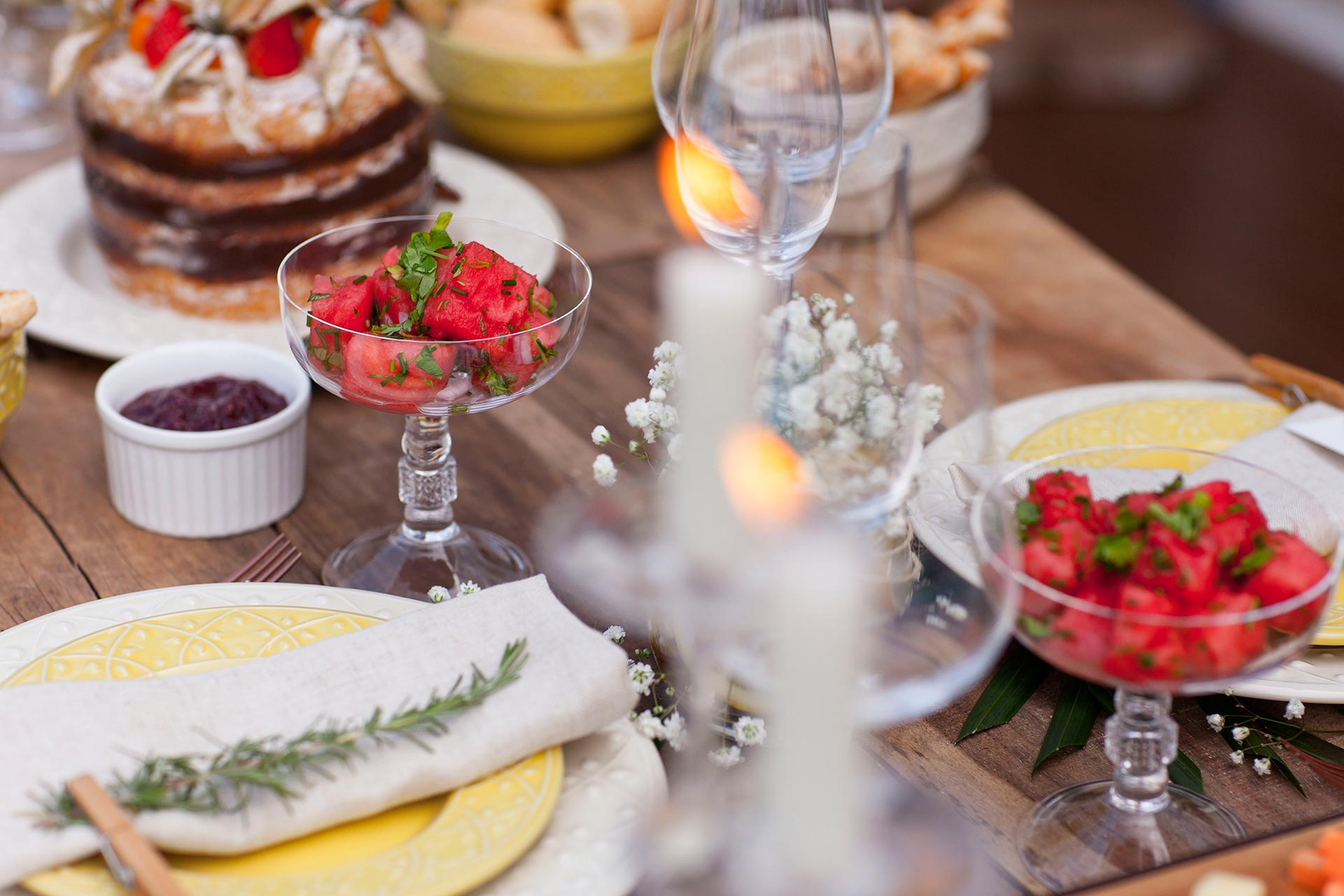 Imagem: Lindos e com detalhes em relevo, os pratos utilizados para compor a mesa são do modelo Mendi, da Oxford. Foto: Raphael Günther/Bespoke Content.