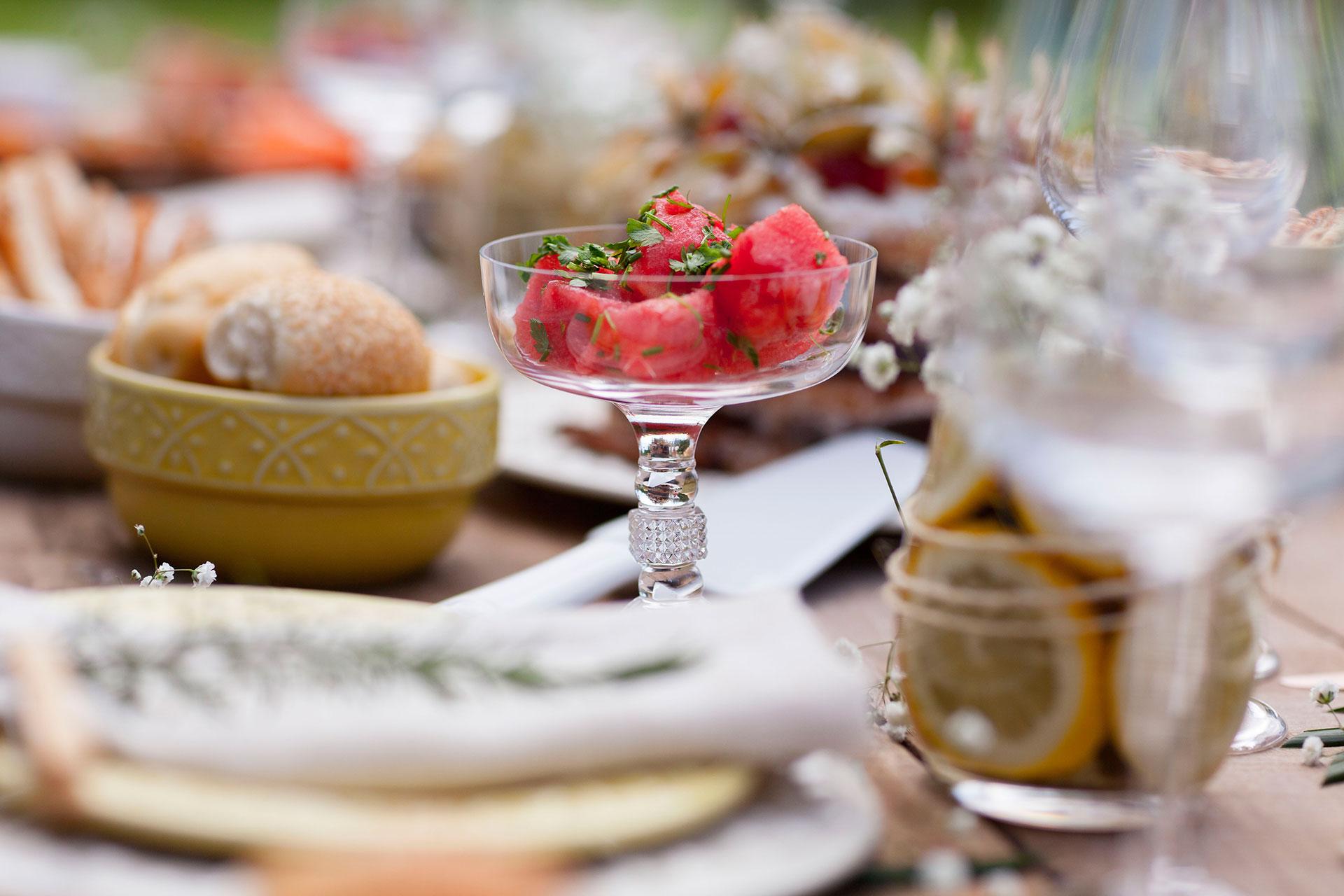 Imagem: A taça de sobremesa foi usada para servir uma salada salgada de melancia. Colorida, é a cara do verão. É feita com azeite de oliva, vinagre balsâmico e temperos verdes. Foto: Raphael Günther/Bespoke Content.