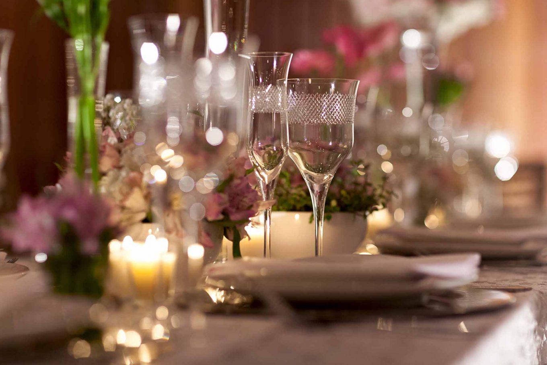 Imagem: Miniwedding conquista o coração dos noivos que buscam uma celebração mais intimista, para poucos convidados, mas sem dispensar sofisticação e o cuidado especial com cada elemento da festa. Foto: Raphael Günther/Bespoke Content.