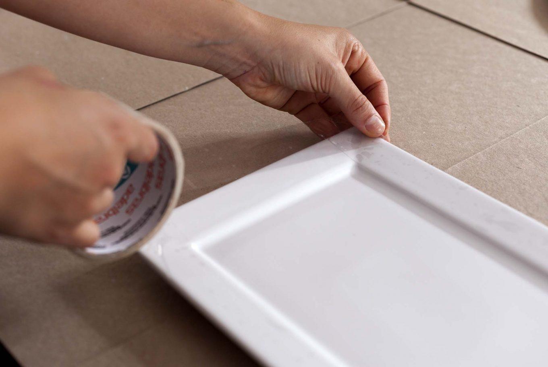 Imagem: Passo 2: Se a travessa for quadrada, você pode proteger o que não for pintado com fita. Foto: Raphael Günther/Bespoke Content.