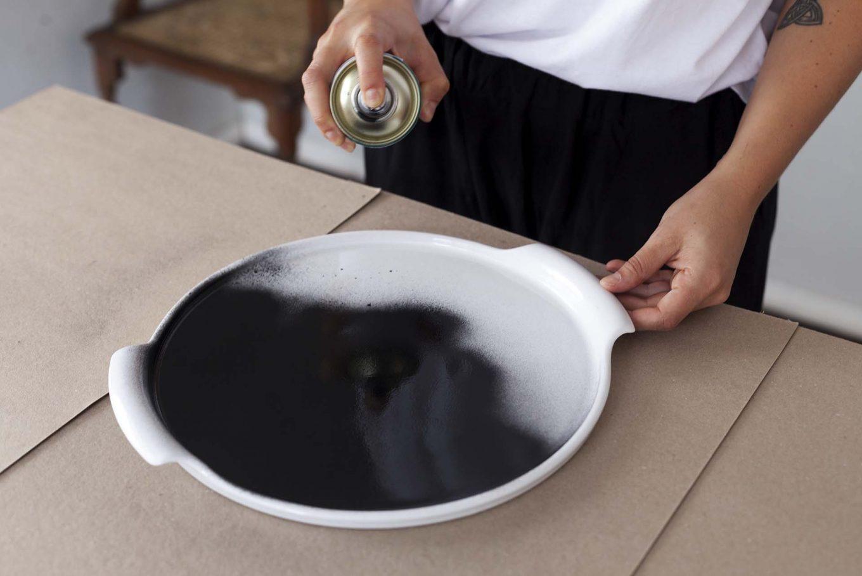Imagem: Passo 3: Com a tinta spray, pinte a área delimitada e deixe secar. O tempo de secagem ao toque é de 10 minutos, mas a secagem total ocorre em 24 horas. Foto: Raphael Günther/Bespoke Content.