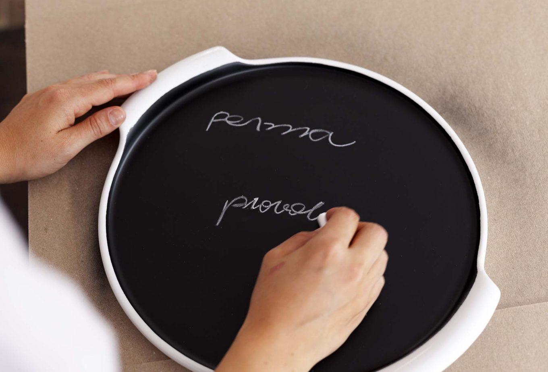 Imagem: Passo 4: Após a secagem completa, sua travessa está pronta para ser usada. Com o giz ou a caneta escreva sobre a área pintada e abuse da criatividade. Não utilize esponja para limpar a base pintada, apenas água ou um pano úmido. Foto: Raphael Günther/Bespoke Content.