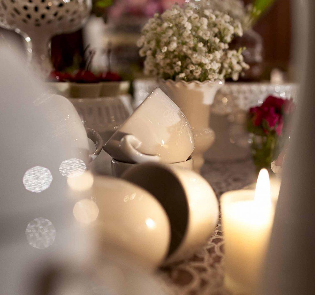 Imagem: As velas contribuem para a iluminação cênica de todos os espaços.Foto: Raphael Günther/Bespoke Content.