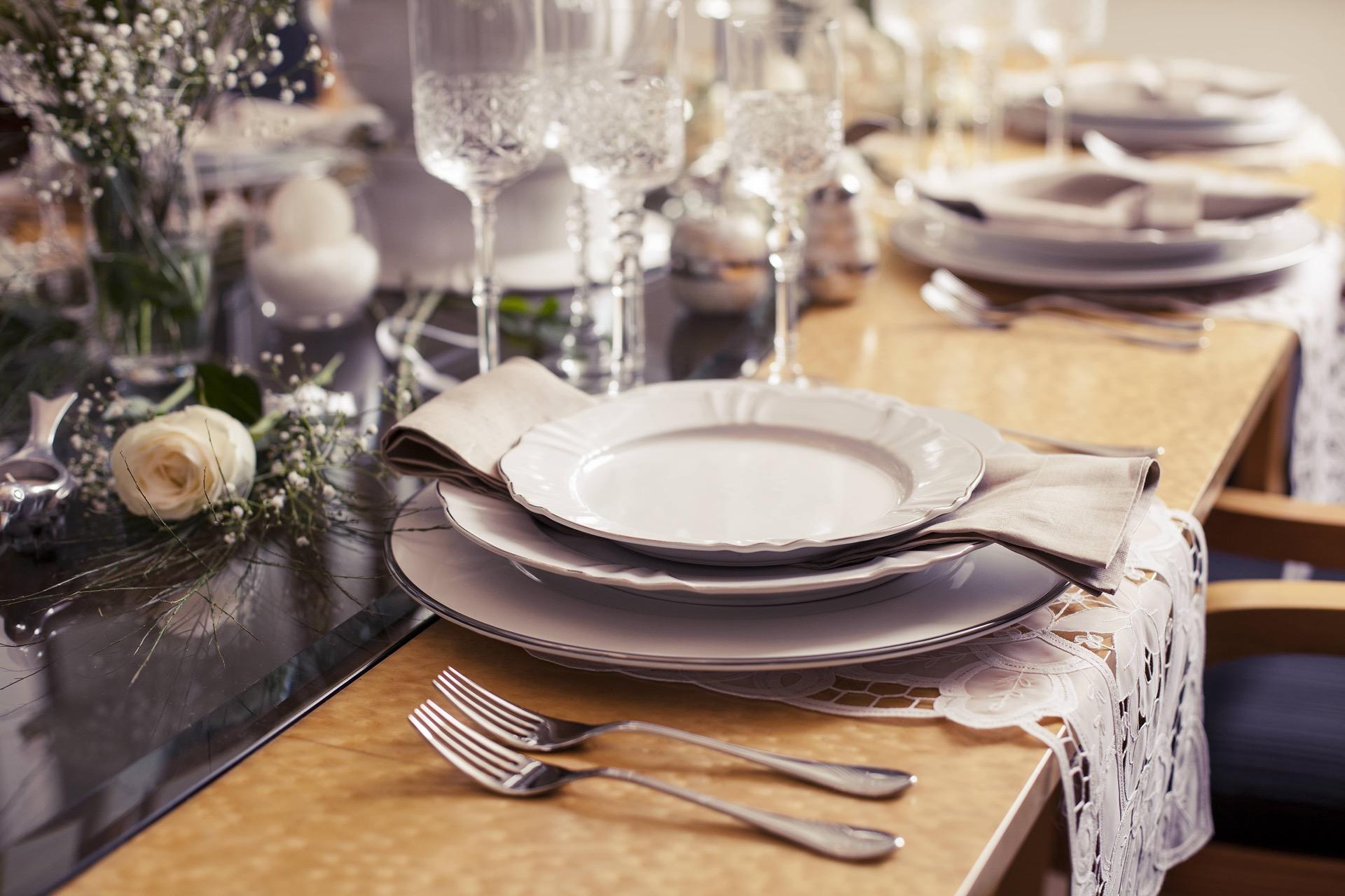 Imagem: Sousplat com filete prateado e pratos da coleção Soleil Katherine da Oxford Porcelanas.