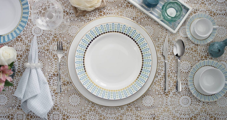 Imagem: Casamento perfeito: sousplat e prato de jantar da coleção Flamingo Tiara da Oxford Porcelanas.