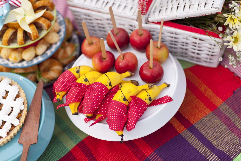 Imagem: Ser criativo é simples! Bananas vestidas de pirata e maçãs no palito para deixar as frutinhas mais atrativas para a criançada. Foto: Raphael Günther/Bespoke Content.