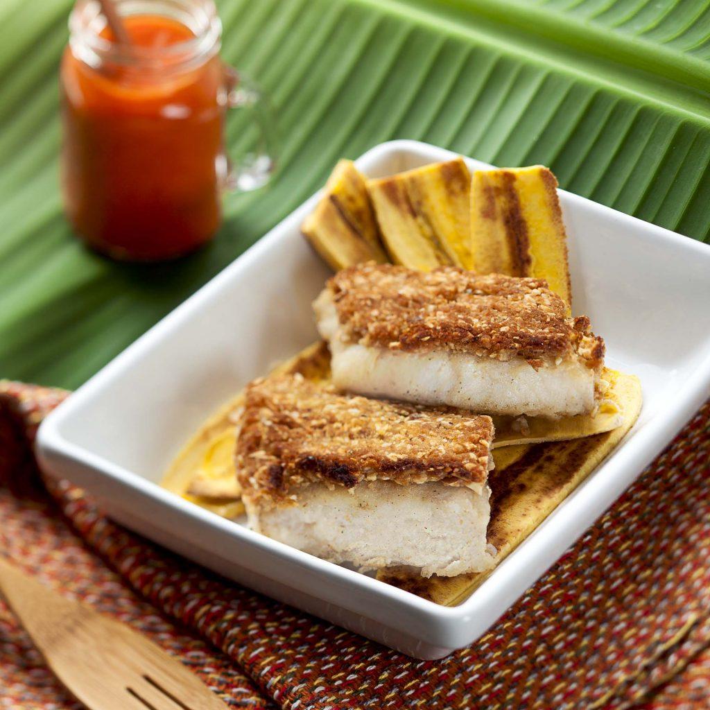 Imagem: Cherne em crosta de macadâmia, banana da terra e ketchup de pimentão! Foto: Raphael Günther/Bespoke Content.