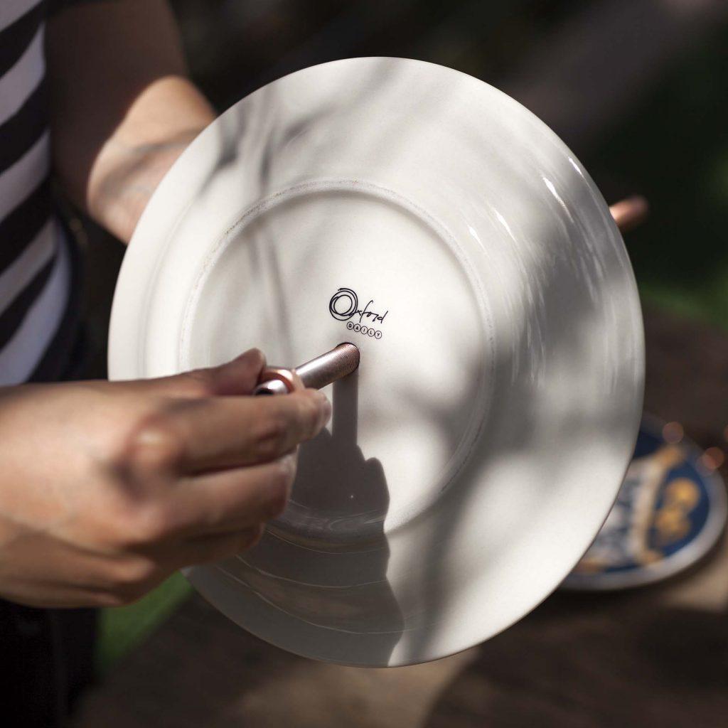 Imagem: Passo 3: Depois de perfurar as peças, encaixe-as no tubo rosqueado já seco. A montagem inicia com uma porca antes do primeiro prato. Foto: Raphael Günther/Bespoke Content.