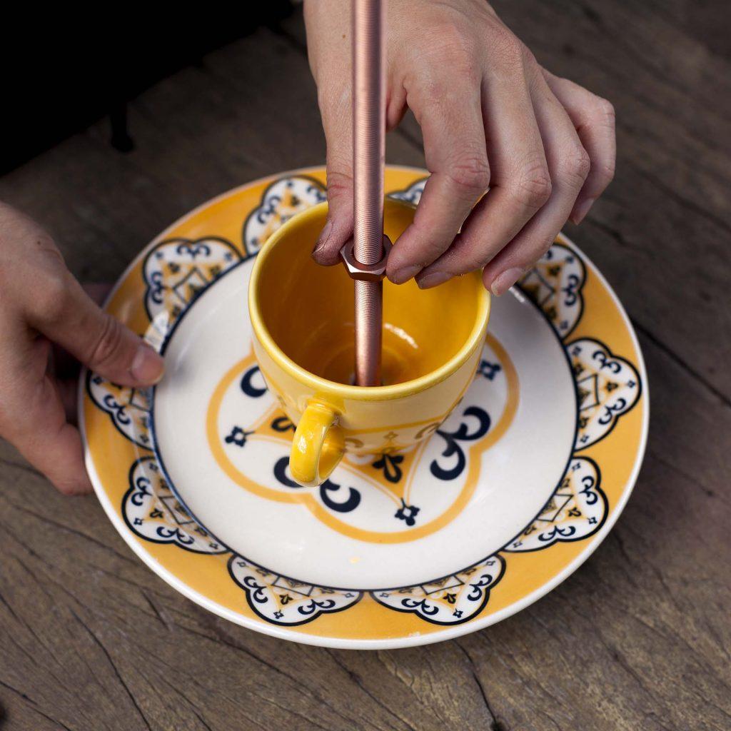 Imagem: Passo 4: Na sequência, encaixe a xícara e arremate com uma porca. Foto: Raphael Günther/Bespoke Content.