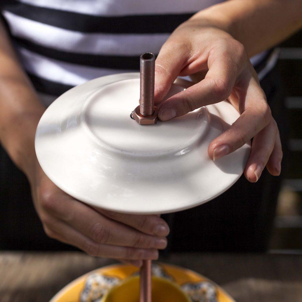 Imagem: Passo 5: Antes do próximo prato, encaixe uma porca, e finalize com mais uma em cima do prato para fixar tudo muito bem. Foto: Raphael Günther/Bespoke Content.