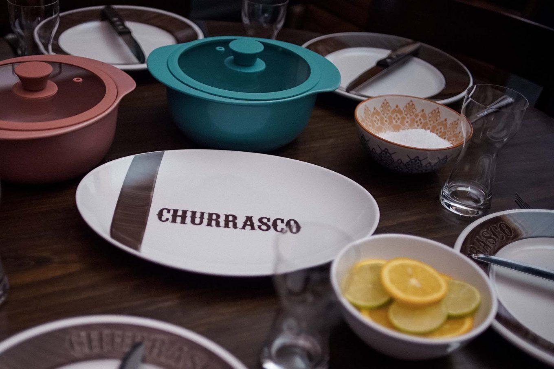Imagem: Conjunto especial para churrasco da Oxford Porcelanas, que vem com travessas maiores e pratos com bordas mais resistentes.