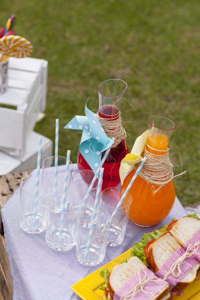 Imagem: Sucos bem coloridos foram servidos em moringas decoradas com cata-ventos. Todo mundo vai querer beber! Foto: Raphael Günther/Bespoke Content.