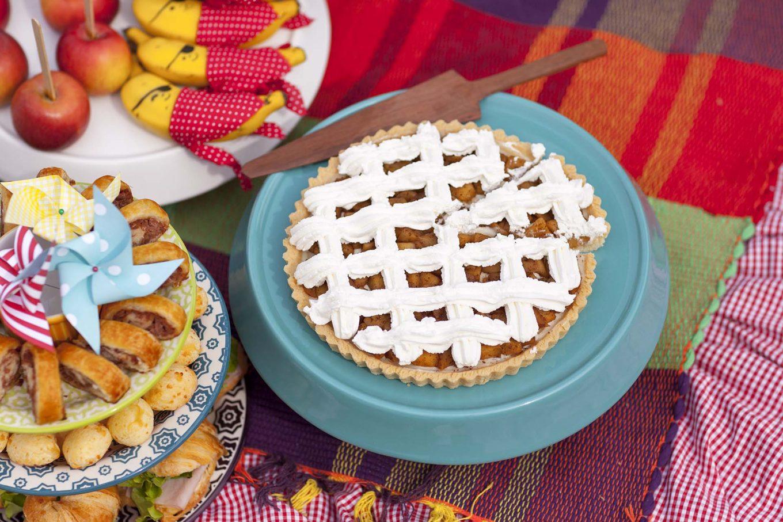 Imagem: Quer algo mais tradicional em um piquenique do que torta de maçã? Fica ainda mais linda em um prato de bolo colorido. Foto: Raphael Günther/Bespoke Content.