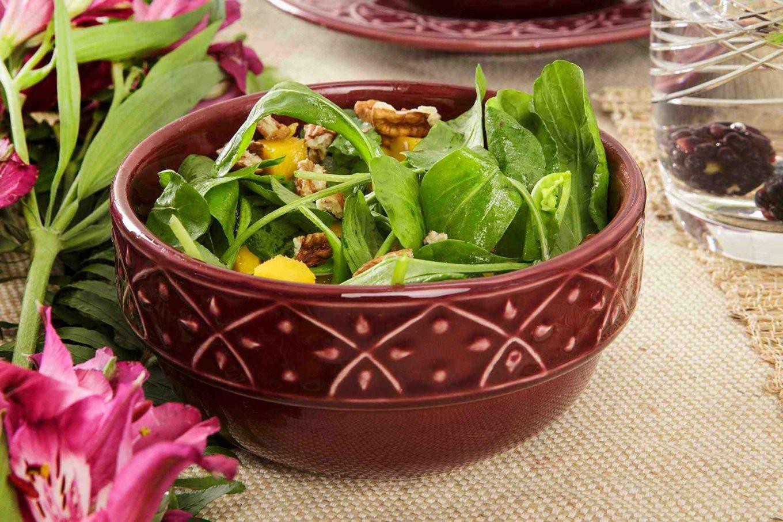 Imagem: Combine os aparelhos de jantar com as tigelas que também são decoradas com alto-relevo e deixe a mesa ainda mais completa.