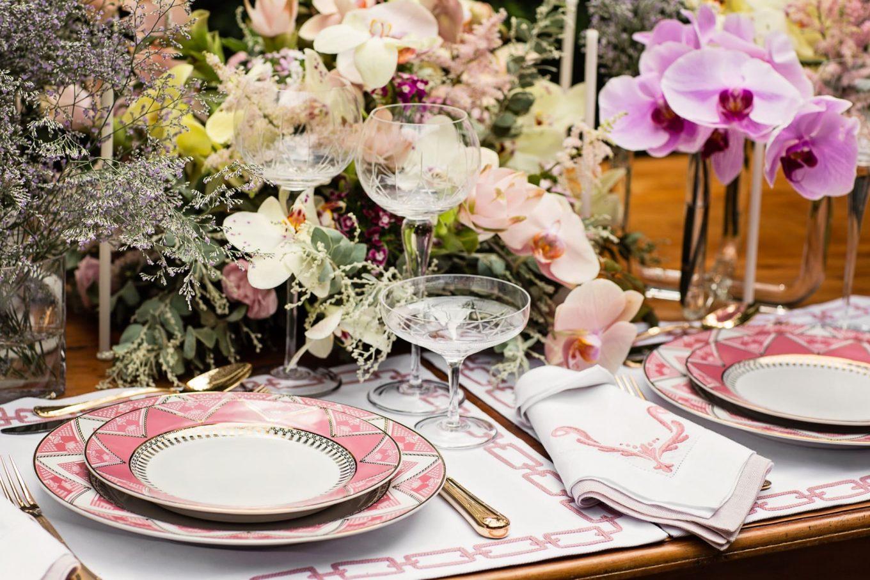 Imagem: Louças da coleção Flamingo Macramê da Oxford Porcelanas e jogo americano de linho bordado com elos e arabescos. Foto: Elisa Correa.