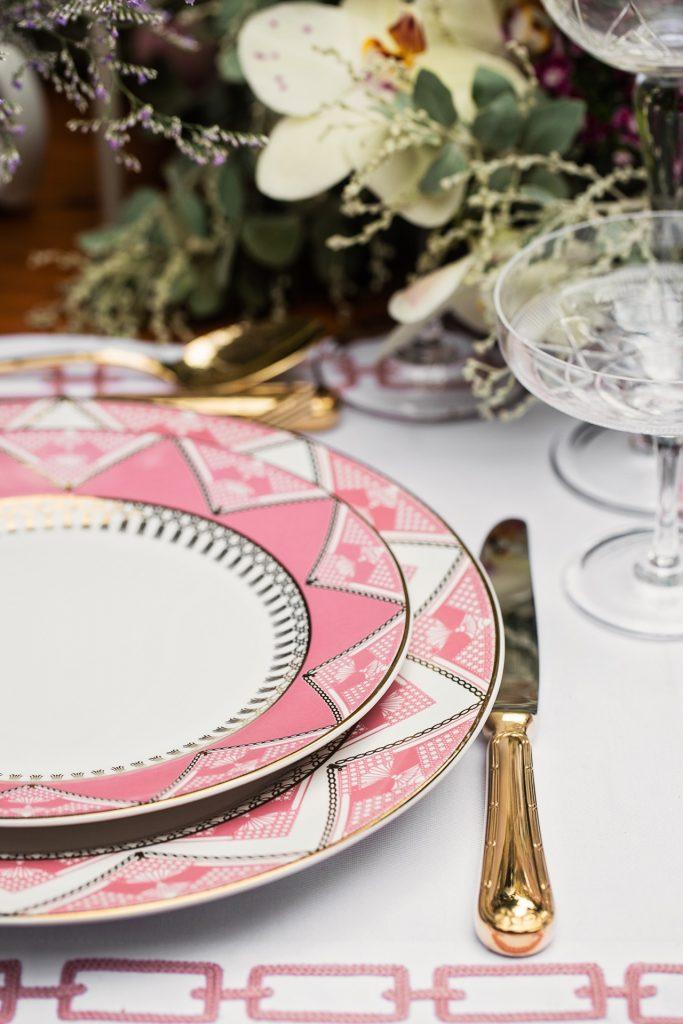 """Imagem: Os talheres dourados """"conversam"""" com os filetes da louça de modo sutil, deixando a mesa mais requintada. Foto: Elisa Correa."""
